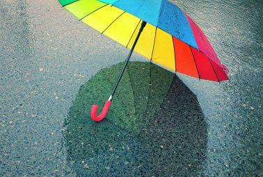 מטריה בגשם הראשון בקייב